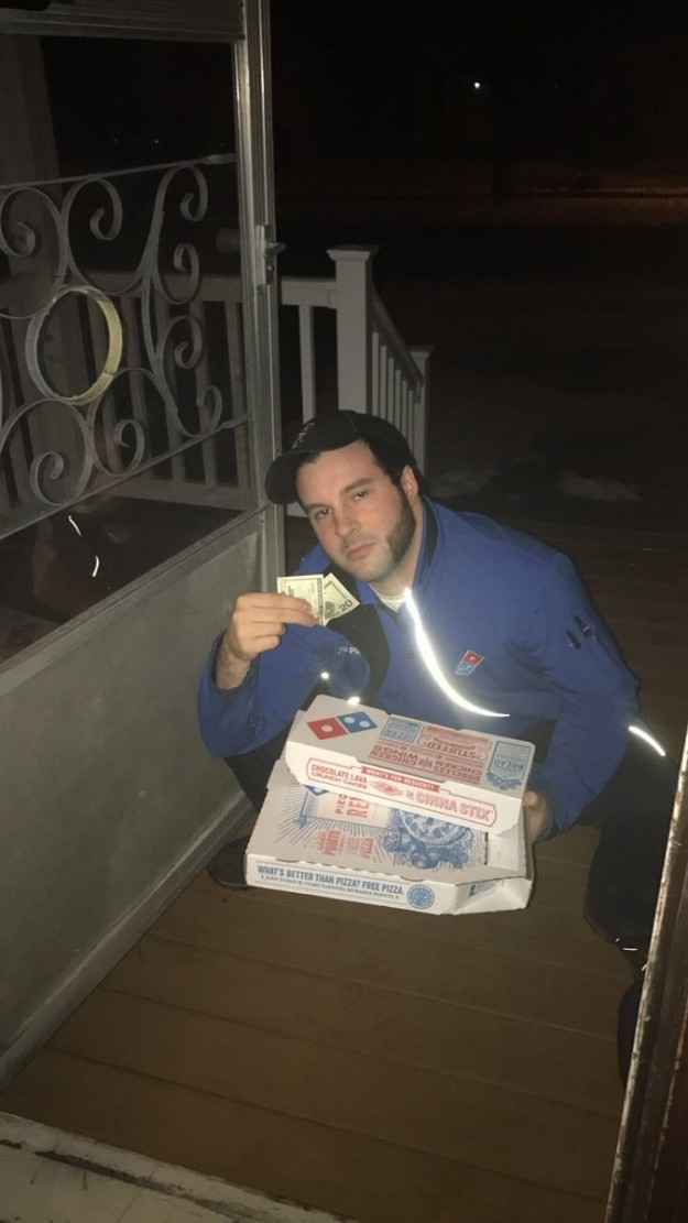他外訂披薩要求店家「派最兇狠78的外送員來!」,一打開門「對方兇到他不要不要的」全網路笑翻!