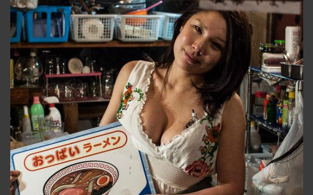 日本「胸部拉麵店」完全不會讓人失望,點拉麵會幫你搭配「胸部」!特色絕對不是湯頭!(廢話)