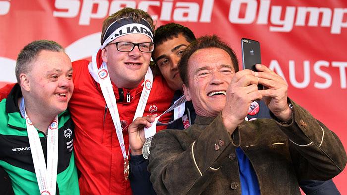 阿諾的「特殊奧林匹克合照」被酸民嗆「一群笨蛋」,他沒刪文反而回「你有兩條路可走...」把酸民臉打爆!
