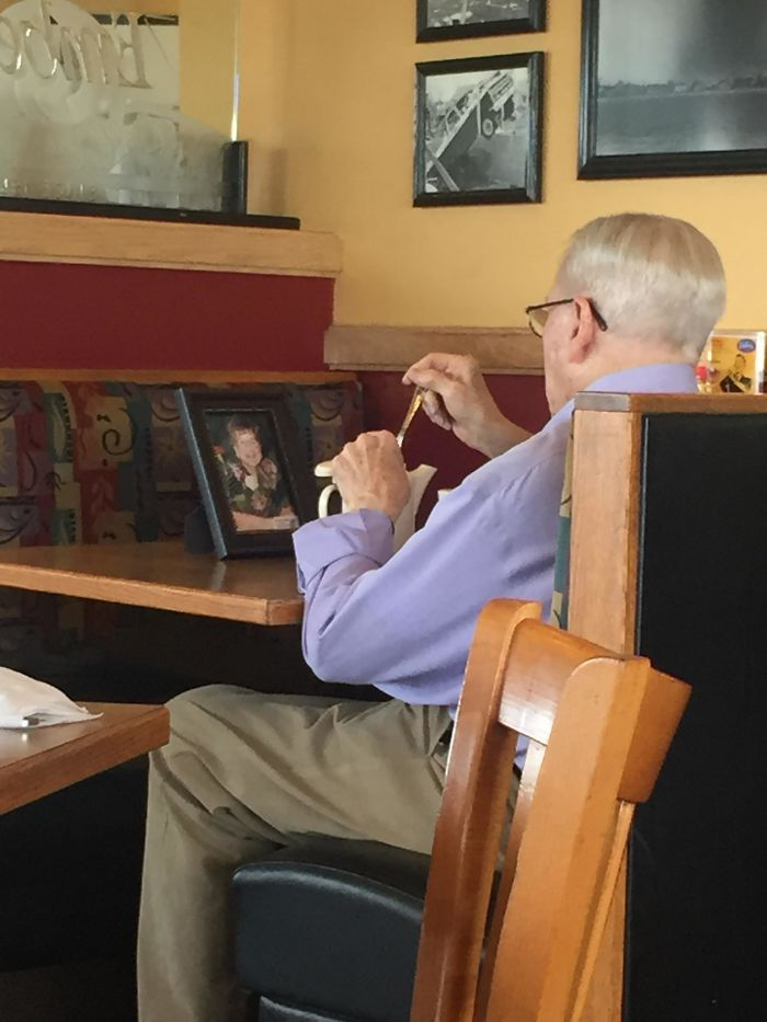 20張讓你看到「真愛的形狀」逼你飆淚照片。#3相框放在桌子對面默默吃飯...