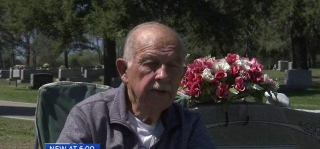 78歲老翁妻子過世後「7年來每天探望她」,他堅守承諾:「陪伴她到生命的盡頭。」