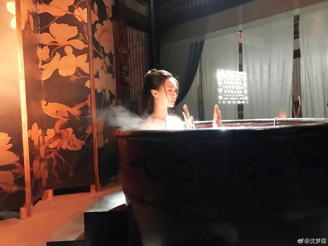 中國女星公布「古裝洗澡場景」真相,煙霧的背後「有好多小豬」網友噴笑!