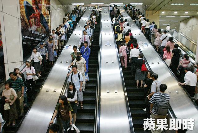 捷運手扶梯「別笨笨只站右邊了」比博愛座還瞎!他突破「靠右站」嚴重盲點發起「站好站滿運動」網友推爆!