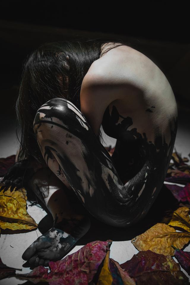 「大尺度D奶正妹女模」遭攝影師偷拍「全裸露點走光照」!趁休息時下手「對方5字回應」女模怒提告!