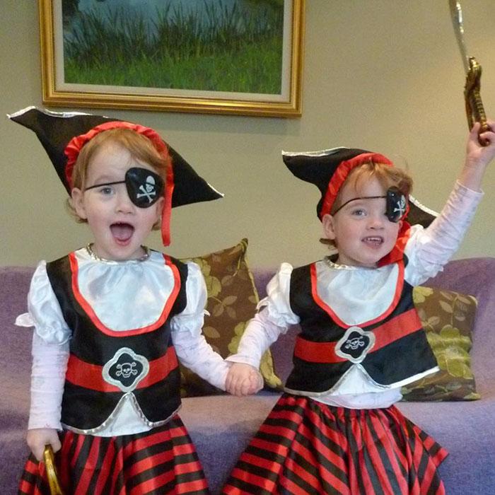 超帥爸爸模仿經典恐怖片讓雙胞胎女兒「在飯店走廊嚇人」,萌+恐怖兩種衝突害客人「嚇到脫糞」!