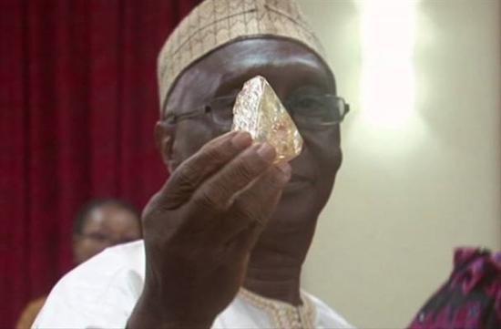 獅子山牧師挖出「全世界第10大」706克拉鑽石價值31億,菩薩心腸「沒佔為己有」!