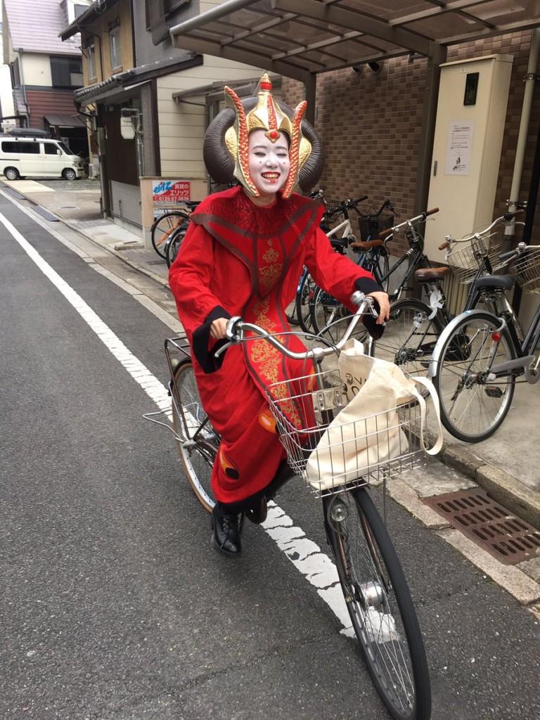 日本京都大學畢業典禮「讓學生想穿什麼都可以」這是最棒的決定!#15連坦克都出現了。(17張)