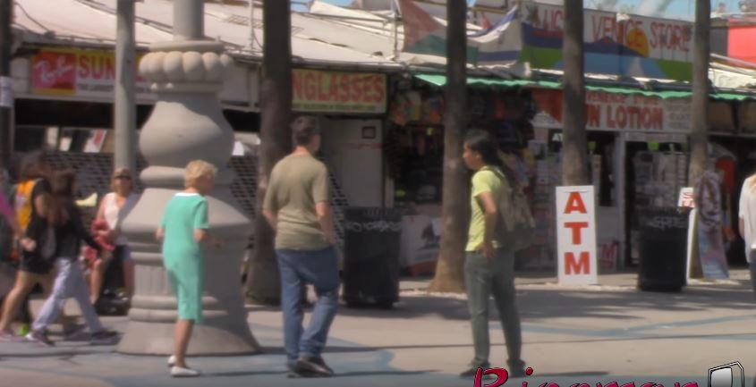 男生街上「偷打正妹屁股」被嗆到爆,但換「他被正妹偷襲」路人的反應超WTF!(影片)