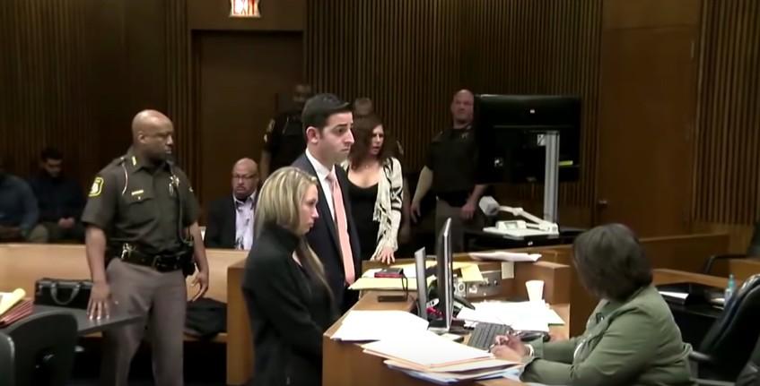酒駕殺人犯的媽媽在法庭上「嘲笑」受害者,正義法官:「連媽媽一起關」!