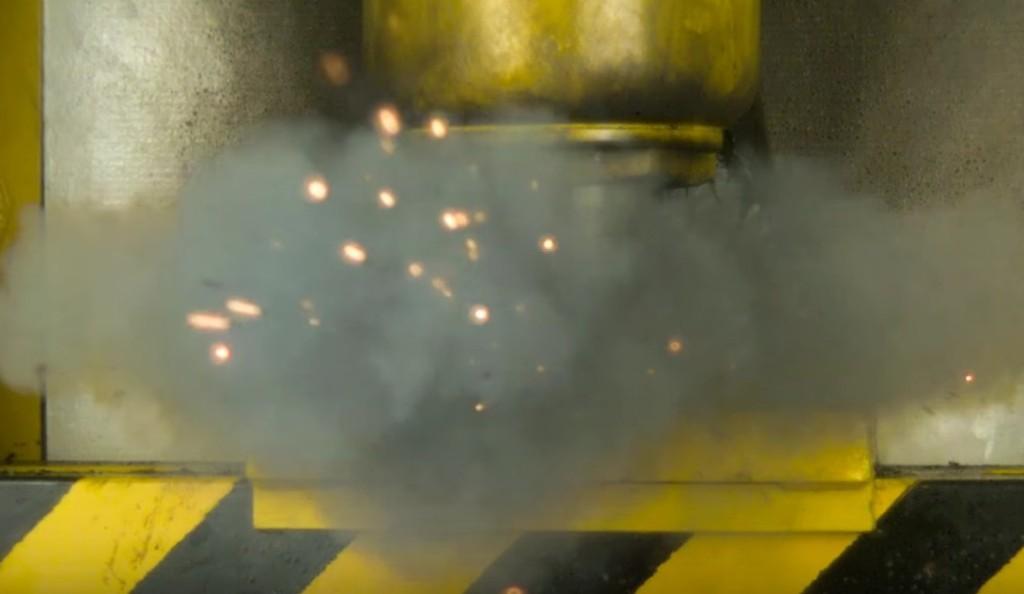 「液壓機VS一堆電池」,超後悔他們:「我們不應該這麼做的」!(影片)