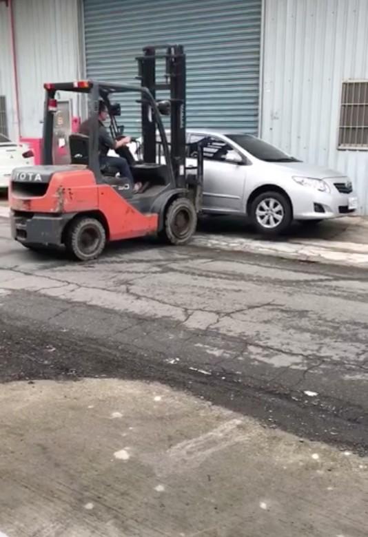 影/工業區亂停車擋到人送貨 霸氣堆高機曬「高操技術」:我幫你停!