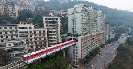 中國首座輕軌「穿越19層高大樓」直接開進家裡超神奇!外國網友酸:「為住戶感到可憐」慘被打臉!(影片)