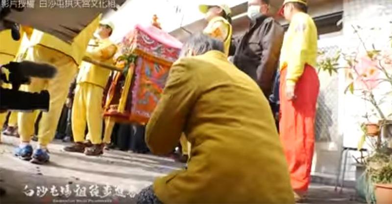 「牆角阿嬤」哭著跪地祈求,1:18媽祖婆起駕「突然轉向」網友淚崩!(影片)