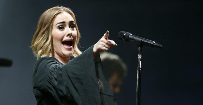 愛黛兒演唱會體貼粉絲,中途嗆保全「那你他X來演唱會是來幹嘛」網友狂讚!