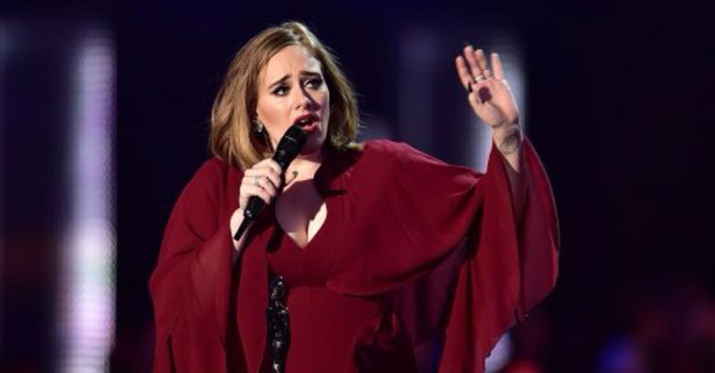 女觀眾突然「心臟病發」,天后愛黛兒在演唱會上「喊卡」哭著關懷!(影片)