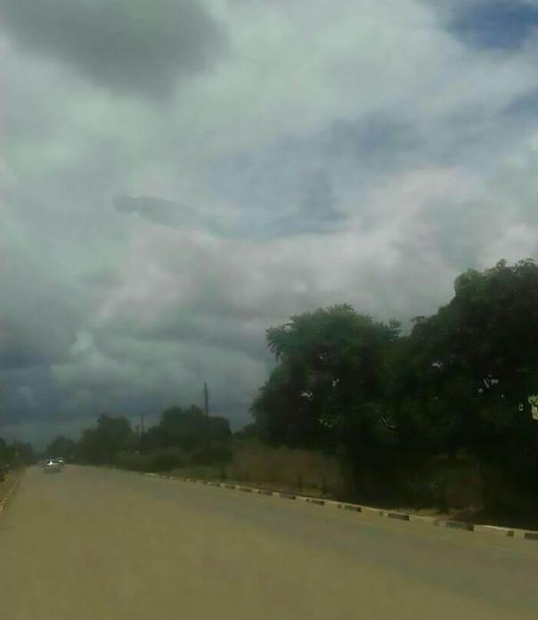 巨大「人型」出現非洲空中「遠看照片超詭譎」 當地居民嚇到趕緊「祭拜」...