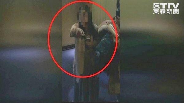 看電影到一半「前面女生狂滑手機」拍肩勸阻慘被告!肩膀姊:「他摸我鎖骨延伸」4萬人怒傻眼!(影片)