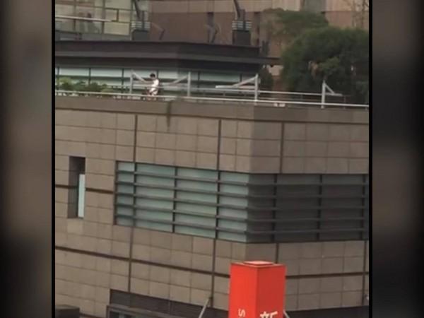 新光A9館4樓天台拍到光天化日「野生口愛愛」!網友:「在幫忙吸出來~」(影片)
