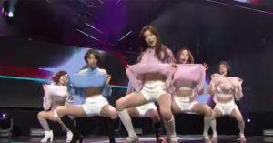韓國女團新歌發表現場「開腿全掀起來」,網友震驚:「太超過!」(影片)