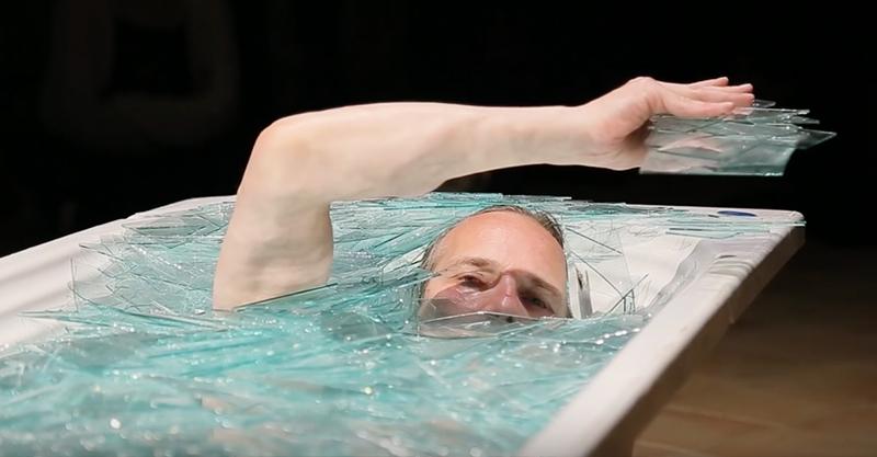 他為了藝術犧牲身體,讓自己「泡碎玻璃浴」爬出來時我全身雞皮疙瘩!