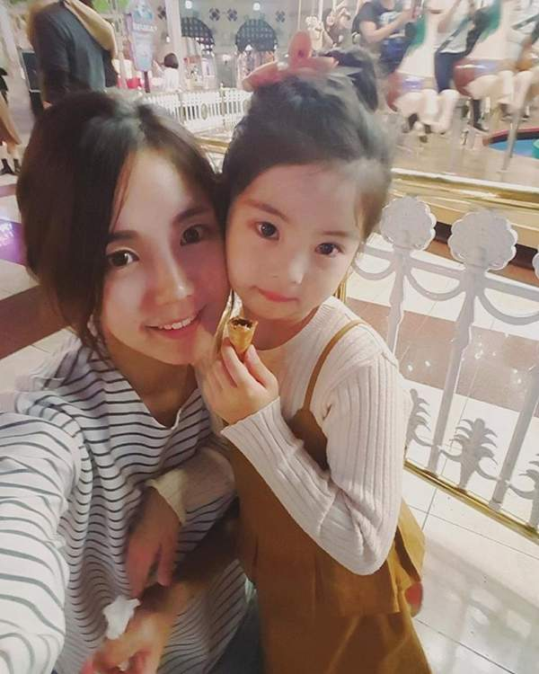 5歲「超萌小女孩」一個眼神迷倒3萬人 網友看到「媽媽真實的樣子」才發現基因太強大!