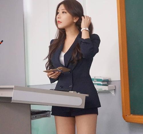 爆紅超正短裙教師照片被「神出低胸比基尼IG」!網友:「害學生不缺席還留級!」 (23張)