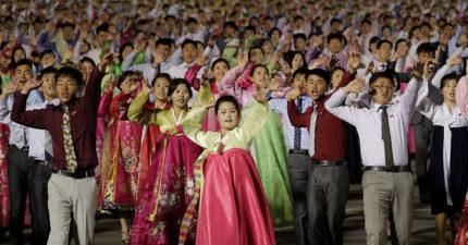 北韓國慶派對看起來大家都很開心,但看到他們「衣服顏色」專家就看出可怕真相了...