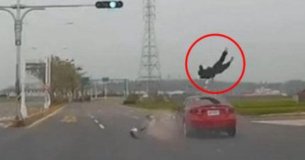 最震撼的瞬間!紅轎車綠燈往前快速行駛,機車騎士闖紅燈...都拍下來了!