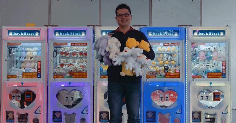 「夾娃娃之神」1年夾15,000娃娃,店家老闆都嚇到請他吃飯! (影片)