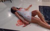 女友拿刀躺在血池裡惡整男友,被「抱起來急救」讓她瞬間後悔!