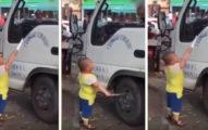 小男童拿著刀威脅卡車上的司機「還想把輪胎戳破」,旁邊路人覺得好笑繼續拍。