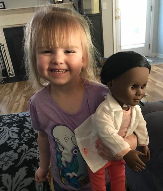 2歲女孩想買黑人醫生娃娃但店員卻要求她「選白膚色的」,她最後用「完美回答」將店員打臉!