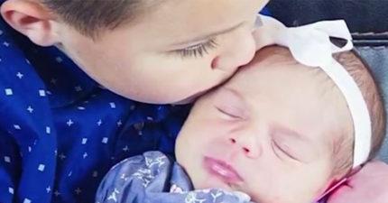 「我媽媽死了,你能照顧我們嗎?」5歲男孩抱著2個月大妹妹敲門對鄰居說,最後把「死去的媽媽」救回來!
