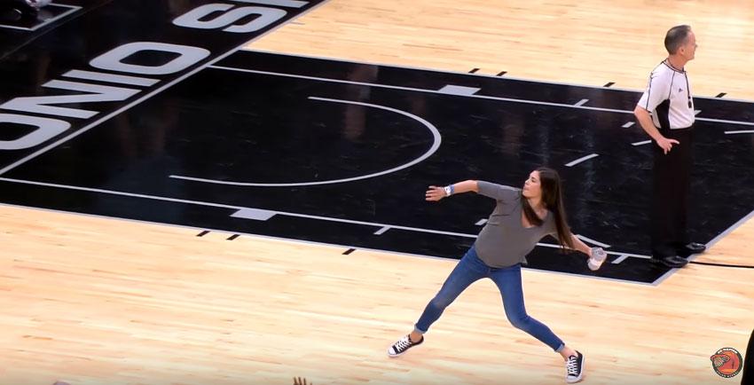 男生別看!NBA球賽正妹把衣服丟出去,「從台北到天母」全場全部嚇呆!