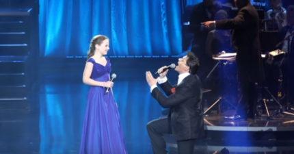 12歲小女生「聲音超越專業等級」太強,他最後只好跪著唱!