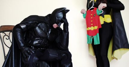 夫婦角色扮演蝙蝠俠來跟大家宣布「新夥伴加入」,「在蝙蝠洞裡版本」網友的小心臟差點被萌爆!