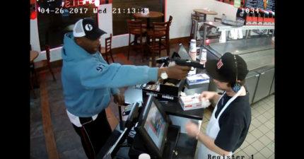 頭被搶匪拿槍指著,速食店裡員工的反應讓他瞬間全球爆紅!