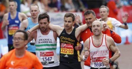 倫敦馬拉松英雄「放棄自己得第一名的機會」,幫助這名參賽者跑完全程「真正運動精神」!