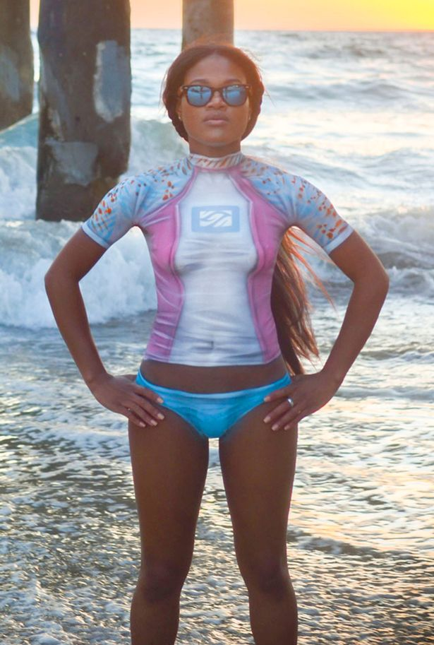4位正妹穿著「超貼身」防水衣衝浪,仔細看鼻血流出來「才發現這不是衣服」...(兒童不宜影片)