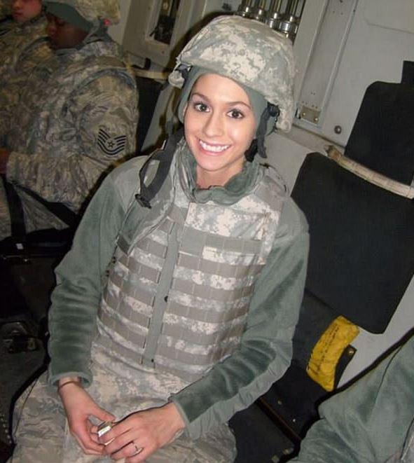 這位美國女大兵一脫掉軍服,可憐的敵軍也只能「升起白旗」了。(12張圖)