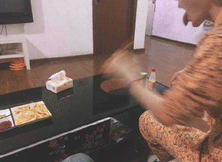 電影才開頭「室友把他炸的薯條吃光」,怒炸一盤「金黃生薑」室友反應讓人看得過癮!