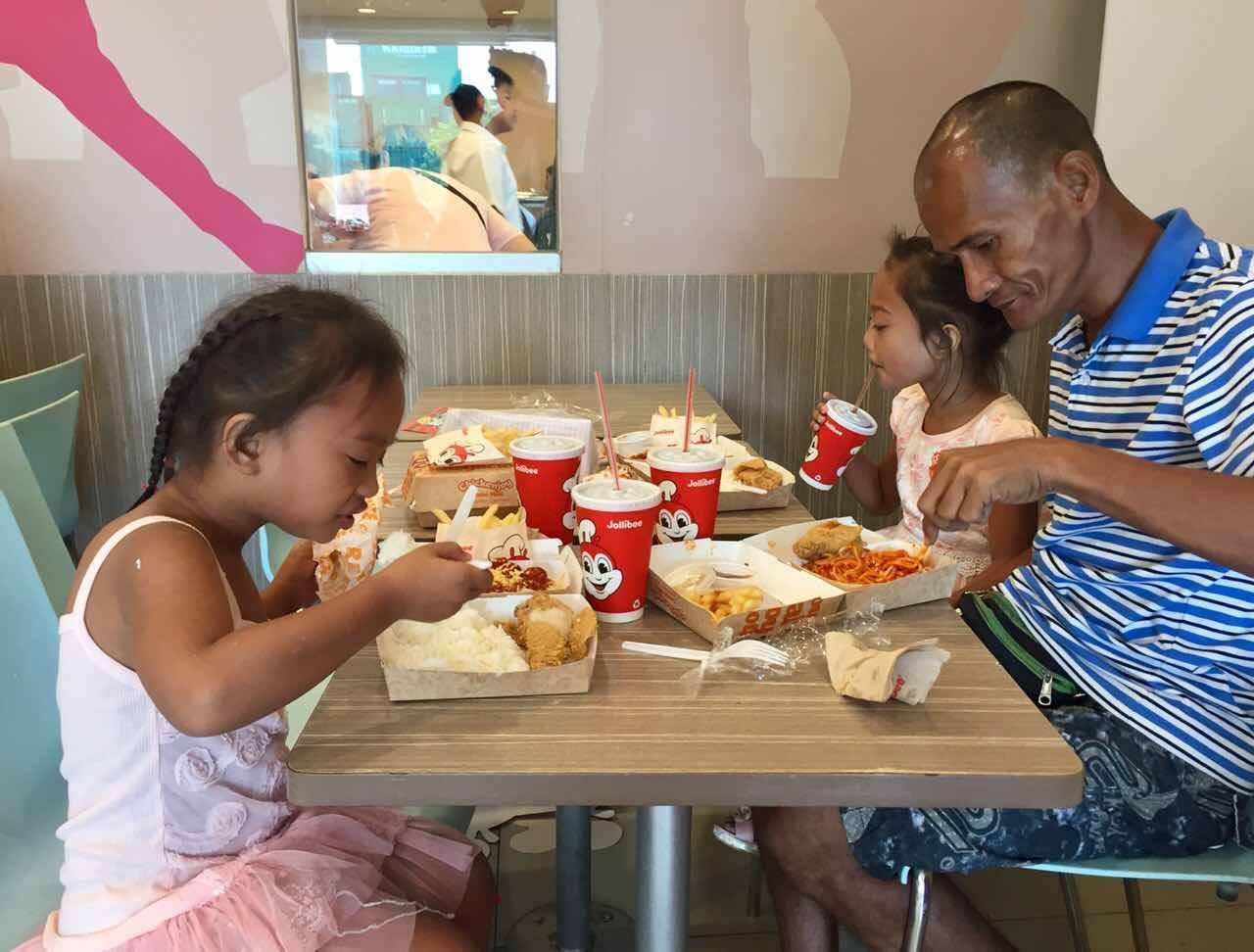 還記得「自己不吃給女兒吃的無私父」嗎?現在他給孩子更多幸福