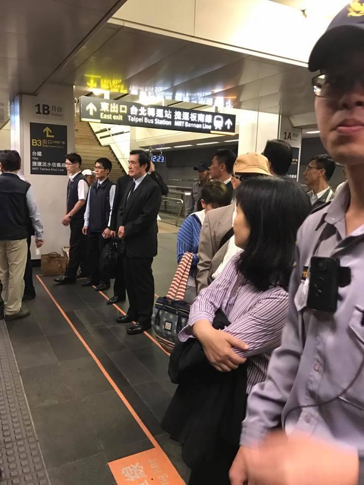 捕捉「野生馬英九」跟著民眾在等高鐵,排隊上車「人品外露」!但有網友突破「搭乘高鐵」盲點...