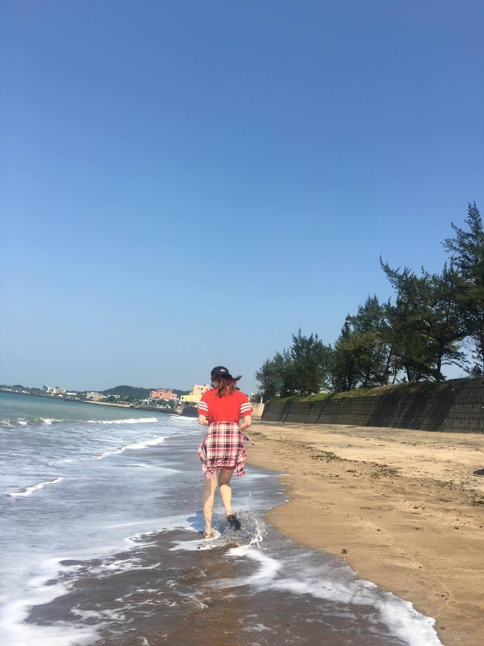 夏語心海邊脫去上衣「解放比基尼」,火辣身材「深溝鎮壓」30萬網友!