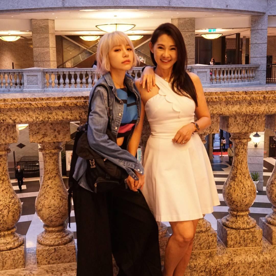 林明禎偷溜幫媽媽慶生,網友看到「神基因」照片:「是姐姐吧?!」
