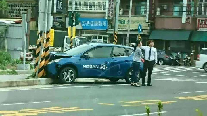 試車剛出車廠迅速跟電線桿「激烈擁抱」...賀成交!網友:「政府不願意,人民只好自己來!」