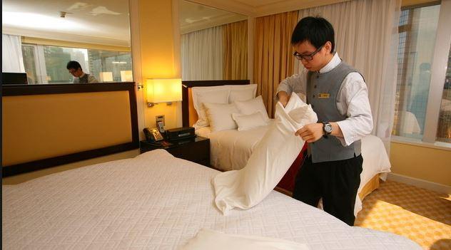 女大生睡旅館半夜驚見「男員工站床頭邊」,二度開門他:「我是好心...」