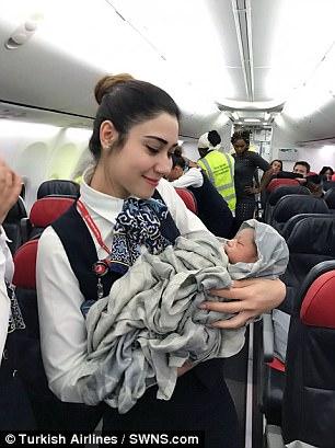 土耳其航空飛機在「1萬2千公尺」高處,突然在途中「增加」了一名乘客!