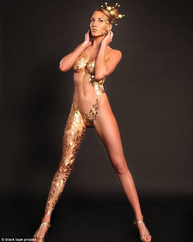 女模穿「金色比基尼」在網路上造成動亂!仔細看才發現已經硬了...