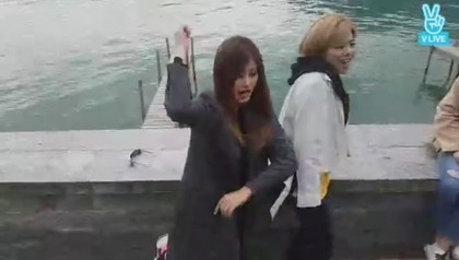 周子瑜在瑞士街頭被姊妹給壓力,逼跳「超醜舞」快崩潰...  (影片)